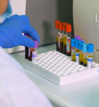 perito medico analizando muestras
