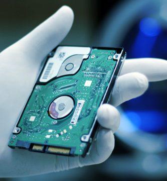 perito informatico analizando un disco duro