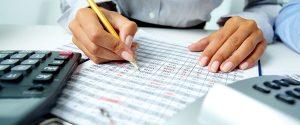 Perito contable trabajando
