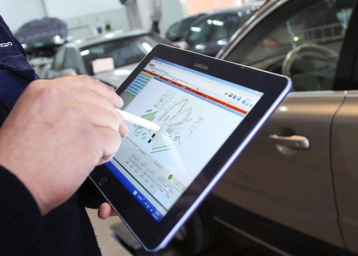 perito de coches preparando un informe