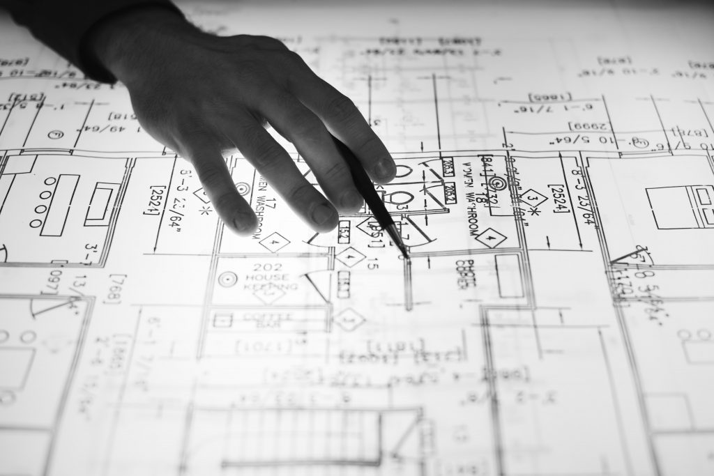 perito ingeniero trabajando sobre un plano