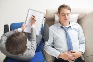 Psicóloga pasando consulta